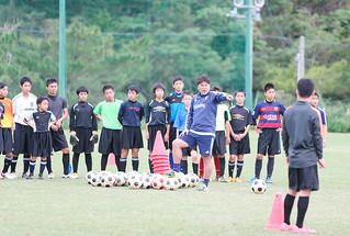 市内の小中高校生を対象に開かれたサッカーU-22日本代表の手倉森誠監督のサッカー教室=20日午後、サッカーパークあかんま