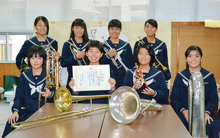 県吹奏楽アンサンブルコンテストで金賞に輝いた石垣第二中吹奏楽部=21日午後、同校校長室