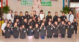 第43回マーチングバンド全国大会で銀賞を獲得した平真小学校マーチングバンドレインボー=21日夕、南ぬ島石垣空港