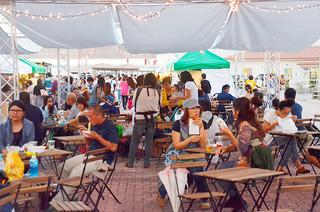 休憩ブースで飲食を楽しむ来場者ら=22日午後、旧離島桟橋