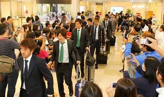 大勢の市民の出迎えを受けるサッカーU−22日本代表メンバーら=22日午後、南ぬ島石垣空港の到着ロビー