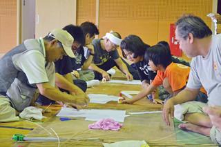 連凧作りに挑戦する参加者=23日午前、竹富小中体育館