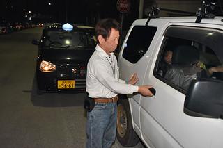 運転代行の依頼を受けて利用客の車に乗り込むスタッフ=22日午後11時過ぎ、石垣市民会館前