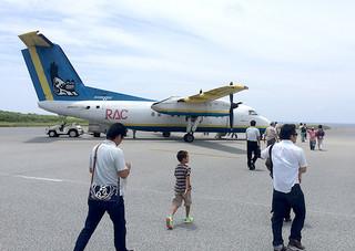 与那国空港発着便は満席状態が続いており、年末に臨時便が運航されことになった=6月19日午後、与那国空港