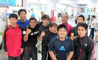 13日間のホームステイを終え、ホストファミリーや久部良中学校の生徒らと写真に納まるコナー・ユージーン・オークスさん(左から4人目)=19日、与那国空港