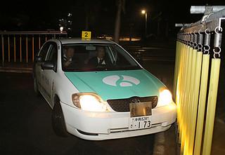 飲酒運転体験でポールに接触する参加者=25日夜、八重山自動車学校
