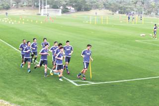 9月から約2カ月で開設当初のような青々とした緑のじゅうたんが広がるサッカーパークあかんまのAコート=23日午後、同施設