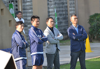 サッカーパークあかんまを視察するサッカー女子日本代表の佐々木則夫監督(右2人目)=29日午後