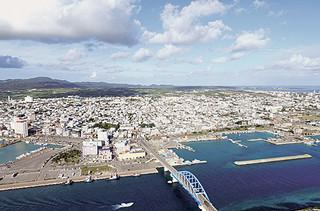 発展を遂げる石垣島。新庁舎建設位置の決定、自衛隊配備の是非など島の将来を左右する重要案件がめじろ押しだ=2015年12月21日撮影