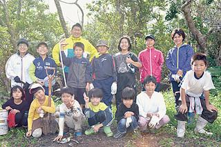 野鳥の森の復活に向け、清掃活動を行った大本小学校の児童たち=2015年11月30日午後、野鳥の森前