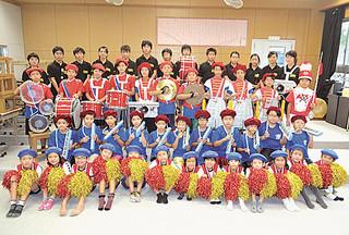 10年ぶりに復活した小浜小中学校の鼓笛隊=2015年12月10日、同校音楽室