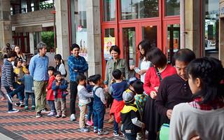 子どもに人気のウルトラマンサーガの上映前には家族連れが列をつくった=1日午後、市民会館