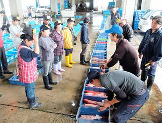 近海魚やマグロなど約1.1㌧が並んだ初セリ。仲買人が次々と競り落としていった=4日午前、八重山漁協