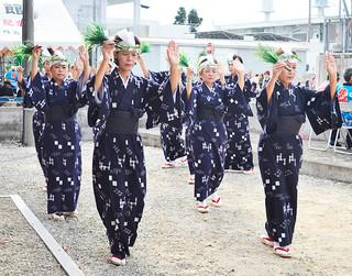 平得公民館の種子取祭で、「種子取節」を奉納する平得婦人会=10日午前、大阿母御嶽