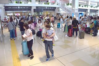 観光客で混雑する南ぬ島石垣空港。YVBの執行運営委員会は今年の入域観光客数目標値を125万人にすることを確認した=2015年9月23日(資料写真)