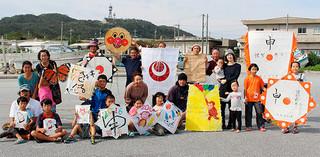 上原公民館の新春凧揚げ大会に参加した親子ら=10日、上原港北岸壁広場