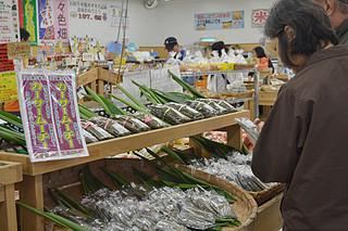 カーサームーチーが陳列された特設コーナー=16日午後、JAファーマーズマーケットゆらてぃく市場