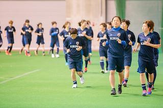 石垣島合宿初日、ランニングで汗を流すサッカー女子日本代表候補。先頭を走る宮間あや選手と大儀見優季選手(前列右から)=18日夕、市中央運動公園屋内練習場