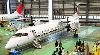 4月から石垣-与那国路線に就航する新機材「DHC-8-400型機・カーゴ・コンビ」=19日、那覇空港