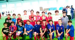 2015年度石井義信杯少年サッカーリーグAクラスを制した新川ドルフィンズA=17日午後、サッカーパークあかんま(八重山サッカー協会提供)