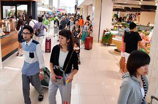 夏場のトップシーズンで混雑する南ぬ島石垣空港=2015年9月23日午前、南ぬ島石垣空港。同年の入域観光客数は110万6320人となった