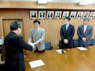 漢那政弘副市長(左)に要請書を手渡す大浜公民館の當山信佳館長ら=22日午後、庁議室