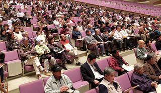 大勢の市民が集まった防災講演会。関心の高さをうかがわせた=22日夜、市民会館大ホール