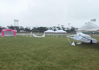 強風で吹き飛ばされたり、骨組みが折れ曲がったテント=23日午前、石垣市中央運動公園陸上競技場(市スポーツ交流課提供)