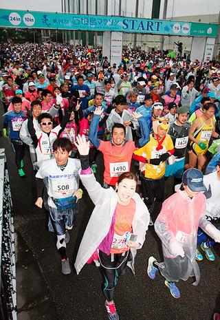 厳しい寒さのなか、第14回石垣島マラソンでスタートする参加者=24日午前、市中央運動公園