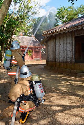 国の重要文化財に指定されている権現堂で行われた消火訓練=26日午後