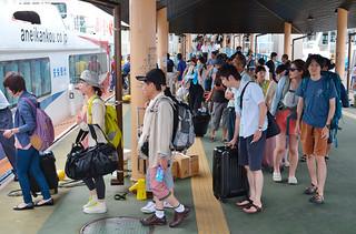 各離島へと渡る観光客でにぎわう石垣港離島ターミナル(資料写真)