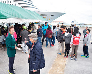 クルーズ船からの外国人観光客で混雑するタクシー乗り場=27日午後、石垣港