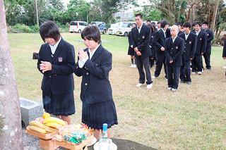 食肉解体された家畜たちの魂を慰霊するため行われた八重山農林高校の獣魂祭で焼香するフードプロデュース科の生徒たち=28日午後、同校嵩田牧場