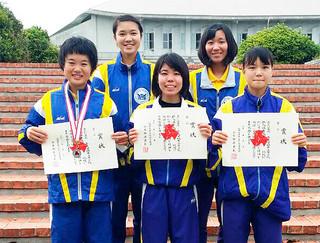 女子の部で4位となった八重山高校チーム=29日午後、今帰仁村総合運動公園