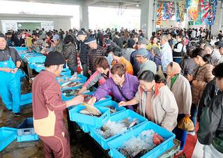 大勢の人たちでにぎわう第14回お魚まつり=1月31日午前、八重山漁協荷さばき施設
