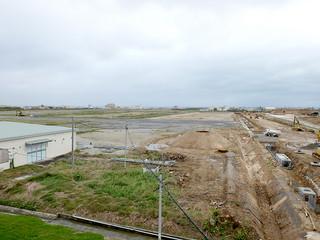 石垣市消防本部から見た新八重山病院の建設地(中央から奥。右側は石垣空港線)。3日に起工式が行われる=1日午後
