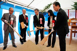 起工式でくわ入れを行う翁長雄志知事(中央)ら=3日午前、新八重山病院建設地