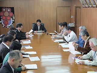 北朝鮮の弾道ミサイル発射に備え、対応方針を確認する石垣市危機管理対策本部のメンバー=4日午後、庁議室