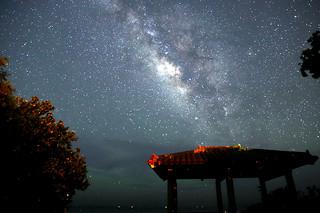 石垣市が星空保護区としての認定を目指すことになった石垣島の星空。中央は夏の天の川=2015年6月15日午前0時ごろ、南ぬ浜町(星空ツーリズム社・石垣島提供)