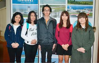 インターンで石垣市を訪れている麗澤大学のタイ人留学生ら=5日午前、石垣市役所