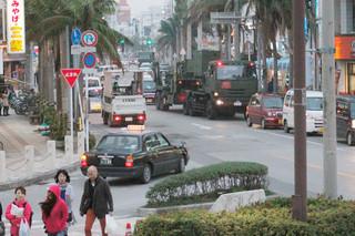 一般車両に交じって市役所通りを走行し、配備先の南ぬ浜町(新港地区)に向かうPAC3=6日夕、730交差点