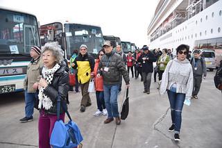 今年初寄港したコスタビクトリア号から下船して大型バスで島内観光に向かう中国人観光客=7日午前、石垣港F岸壁