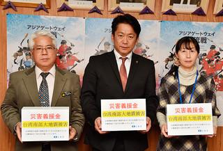 台湾南部地震への義援金を呼びかけた中山義隆石垣市長(中央)と市職員=9日午後、市役所庁議室