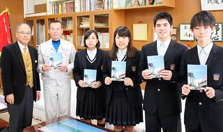 PTAが作成した「新生活応援ブック」を贈呈された卒業生ら=10日午後、八重山農林高校校長室