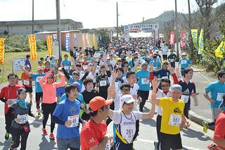 1250人が出場した第23回やまねこマラソン大会=13日午後、上原小学校校門前