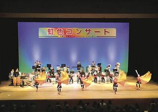 息の合った演技を披露した平真小マーチングバンドレインボー=13日午後、石垣市民会館大ホール