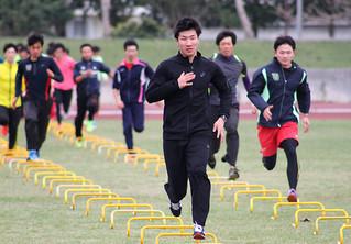トレーニングをする桐生祥秀(中央)ら東洋大陸上部のメンバー=17日午前、石垣市中央運動公園陸上競技場