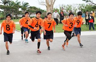 八重山特別支援学校の校内持久走大会で、一斉にスタートする4㌔コースの生徒たち=17日午前、同校