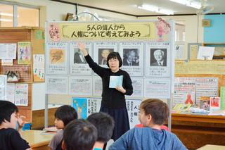 展示を生かし、授業で紹介している平真小学校図書館司書の西原多壬子さん=1月28日午後、同館