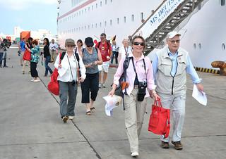 クルーズ船で石垣島を訪れる外国人観光客。県の調査では、八重山の魅力を伝えると来訪意向が高まることが分かった=2014年2月3日午後、石垣港